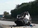 Жестока катастрофа, пожарникари режат ламарини, за да извадят шофьора