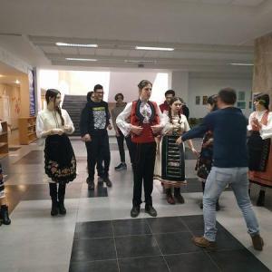 Майсторски клас по народни танци проведоха гимназисти от Добрич по повод 3 март