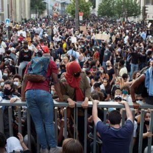 Двайсет хиляди души демонстрираха пред съд в Париж срещу полицейското насилие
